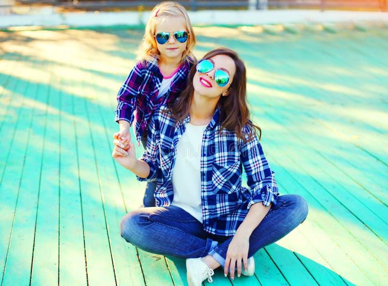 有儿童女儿的时尚年轻母亲 库存照片
