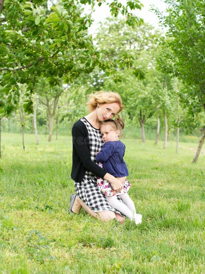 有儿童的乐趣爱母亲 库存照片