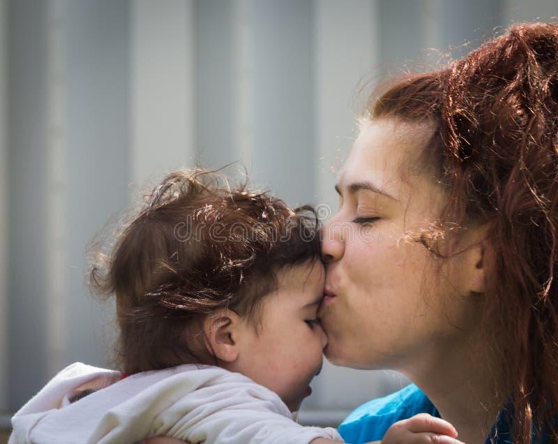 有儿童的乐趣爱母亲 免版税库存照片
