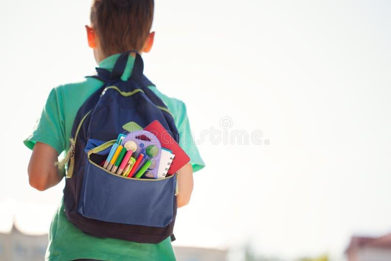 有充分的学校背包的男孩 回到学校的小的学生 回到视图 库存图片