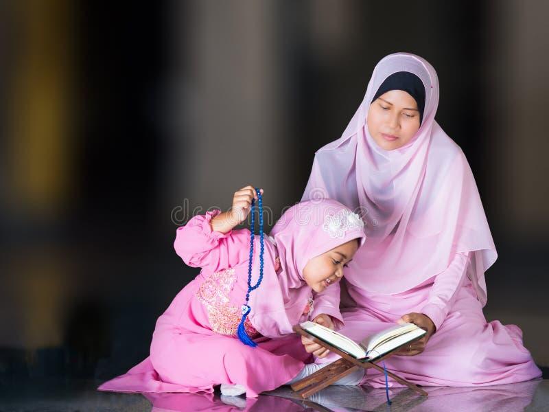 有充分的hijab的愉快的回教女孩在桃红色礼服 免版税库存图片