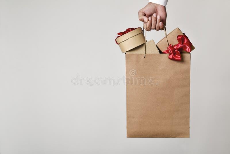 有充分购物袋的人礼物盒 免版税库存图片