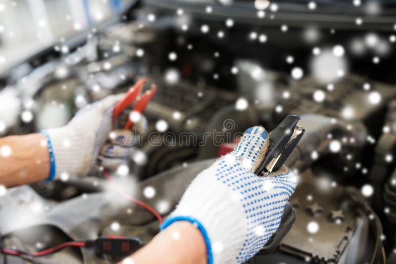 有充电电池的磁夹板的汽车机械师手 库存图片