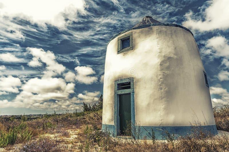 有充满活力的天空的风车 库存照片