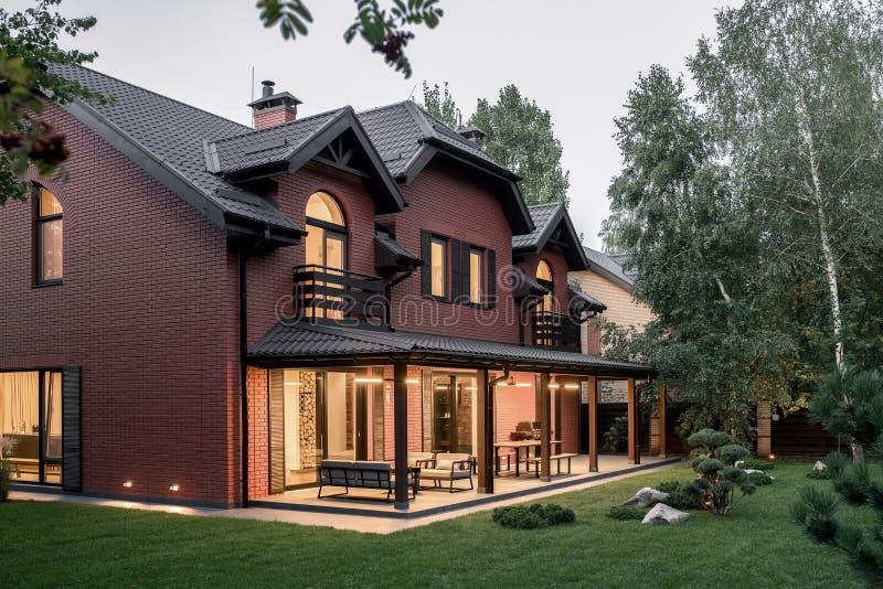 有光亮灯的二层的乡间别墅 免版税图库摄影