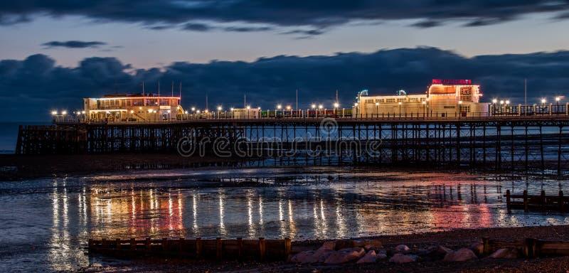 有光反射的夜码头处于低潮中 库存照片