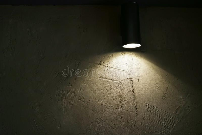 有光束的投射的灯在墙壁作为内部的背景 免版税库存图片