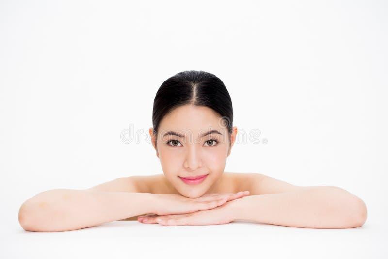 有光滑和完善的skincare的年轻美丽的亚裔妇女在白色隔绝了背景 库存图片