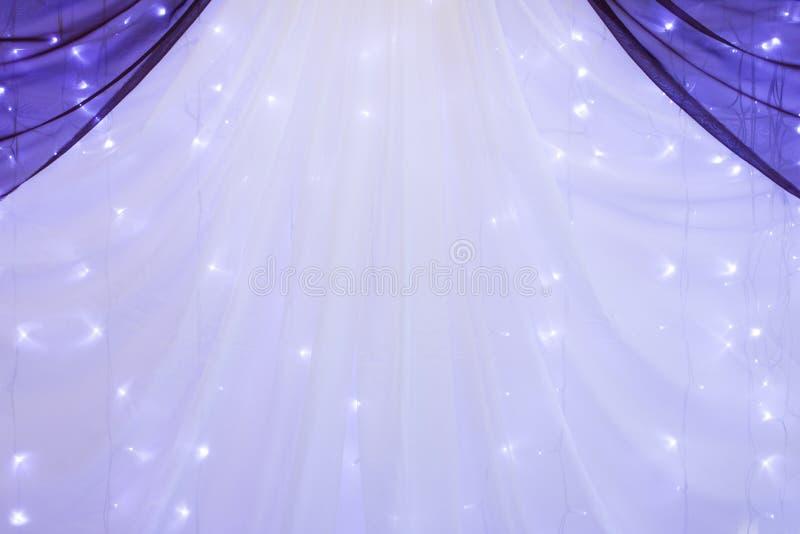 有光的帷幕作为婚姻的或另一个承办宴席的事件的装饰 库存照片