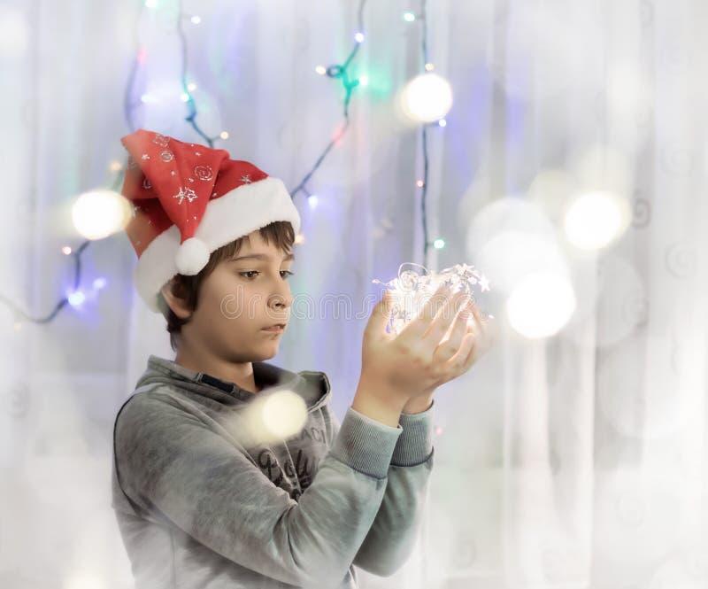 有光的男小学生在他的手上 免版税库存照片