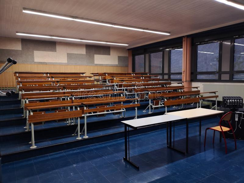 有光的空的教室 免版税库存照片