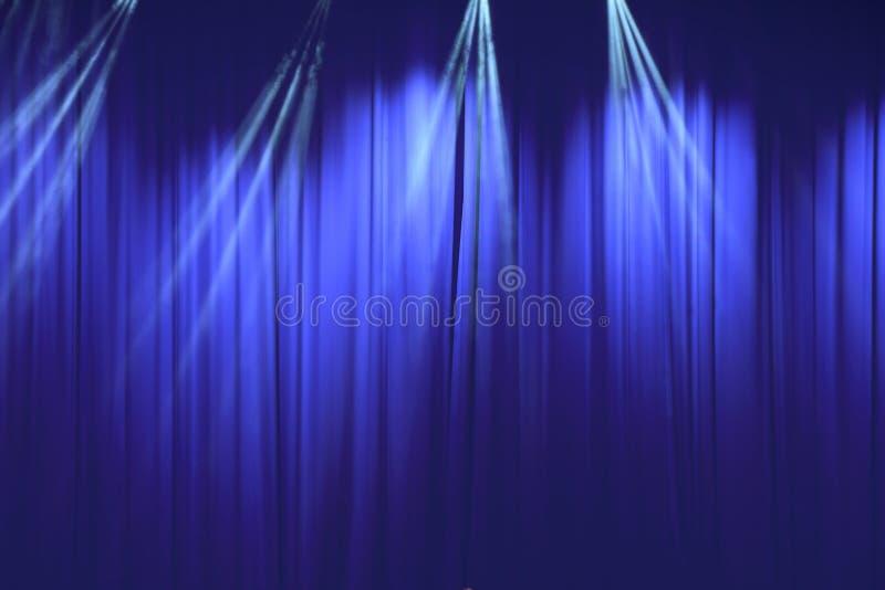 有光的蓝色帷幕在剧院 免版税库存图片