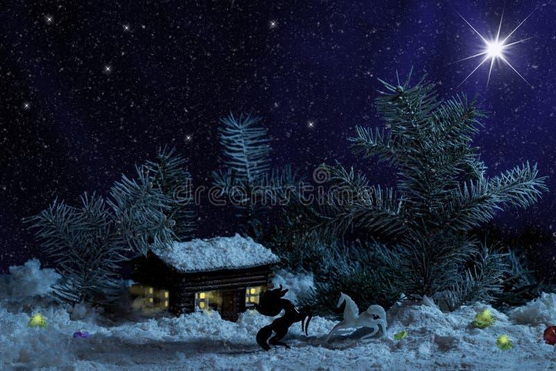 有光的装饰木屋里面在黑背景 农村圣诞夜场面 免版税库存图片