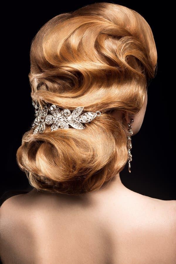 有光滑的晚上理发的美丽的红发女孩以波浪和明亮的构成的形式 秀丽表面 库存照片