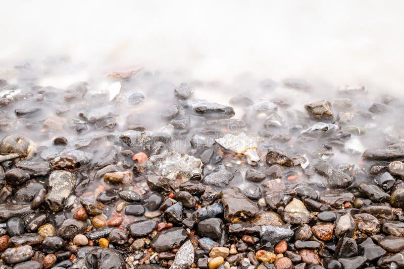有光滑的波浪的Pebble海滩 图库摄影