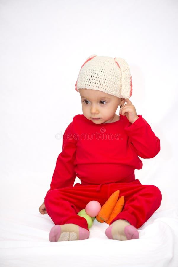 有兔宝宝帽子的女婴 免版税库存照片