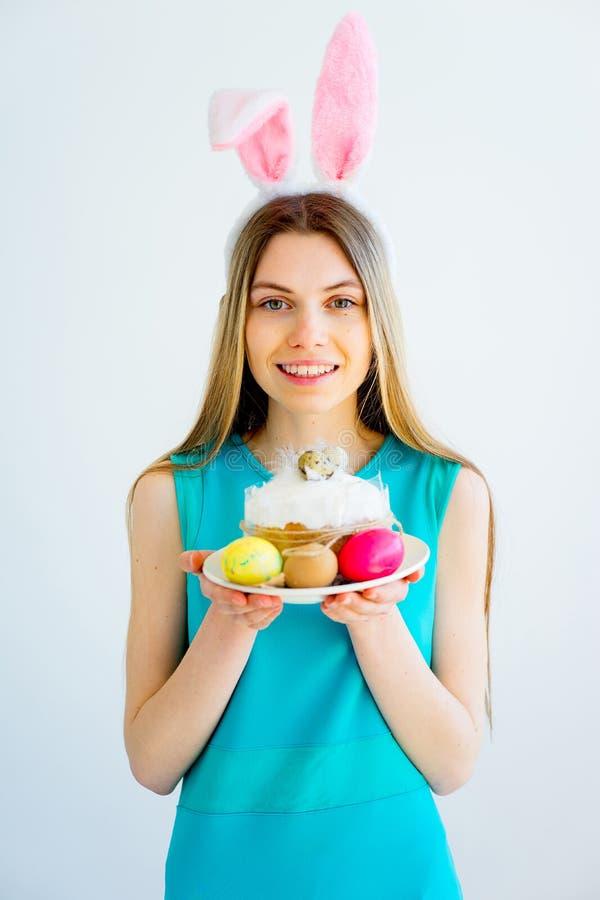 有兔宝宝耳朵和色的鸡蛋的女孩 库存照片