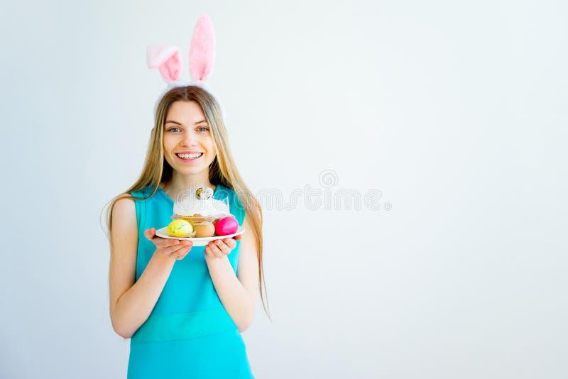 有兔宝宝耳朵和色的鸡蛋的女孩 免版税库存照片