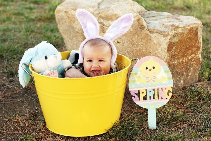 有兔宝宝耳朵的复活节婴孩 库存图片