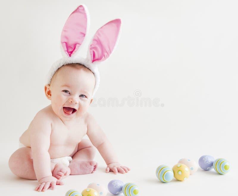 有兔宝宝耳朵的婴孩 免版税库存照片