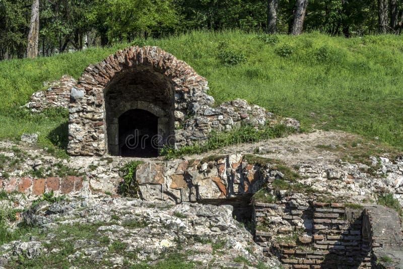 有入口和红砖的老罗马考古学站点 库存照片