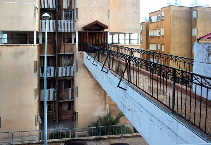有入口的人行桥连接的街道边路对公寓 库存图片