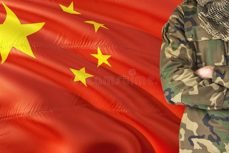 有全国挥动的旗子的横渡的胳膊中国士兵在背景-中国军事题材 库存照片