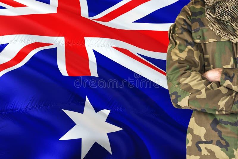 有全国挥动的旗子的横渡的胳膊战士在背景-赫德与麦克唐纳群岛军事题材 库存图片