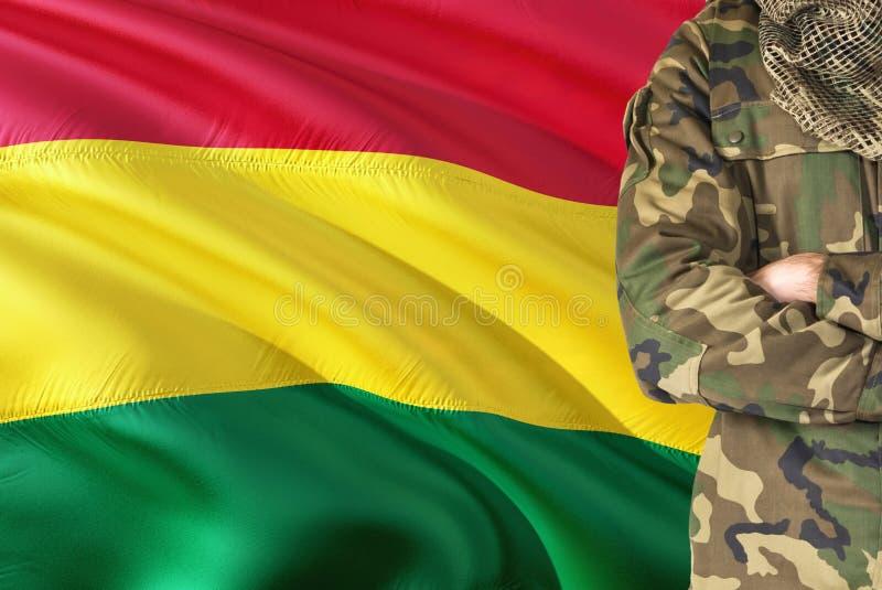 有全国挥动的旗子的横渡的胳膊玻利维亚的士兵在背景-玻利维亚军事题材 库存图片