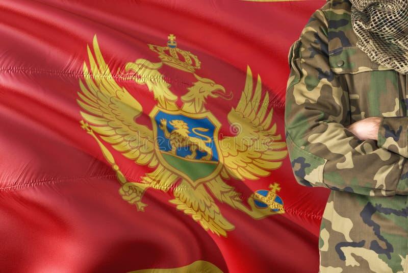 有全国挥动的旗子的横渡的胳膊门的内哥罗的士兵在背景-黑山军事题材 库存图片