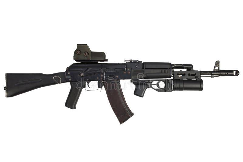 有全息照相的武器视觉和underbarrel枪榴弹发射器的现代卡拉什尼科夫AK 74M攻击步枪 免版税图库摄影