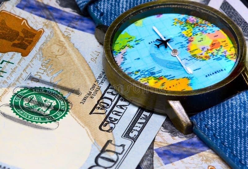 有全球性地图的手表在现金金钱 世界地图时钟 全世界企业的概念 库存图片
