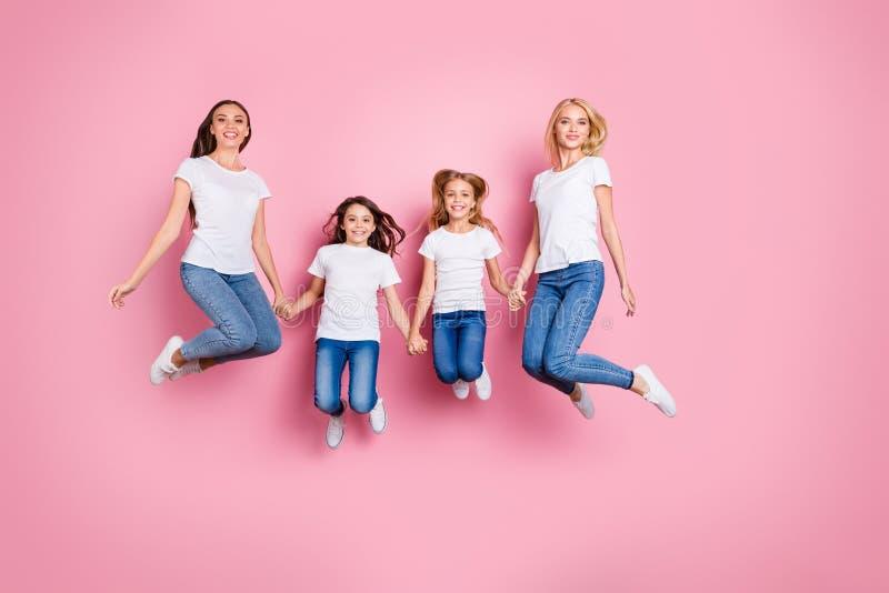 有全长身体尺寸观点的四个好的有吸引力的可爱的迷人的逗人喜爱的微小的适合快乐的爽快长发的女孩 免版税库存照片