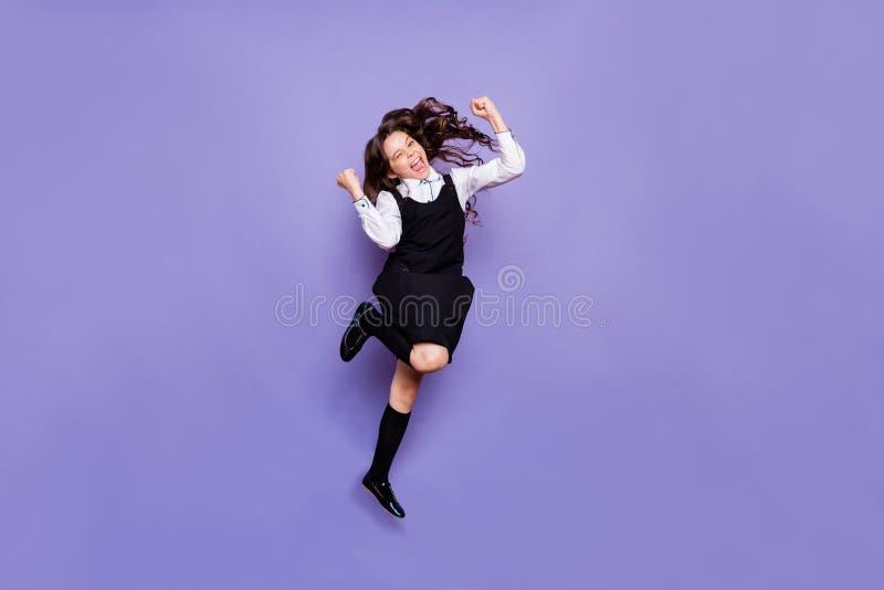 有全长身体尺寸观点的好可爱的快乐的爽快高兴的疯狂的有波浪头发的青春期前的女孩乐趣假期 图库摄影
