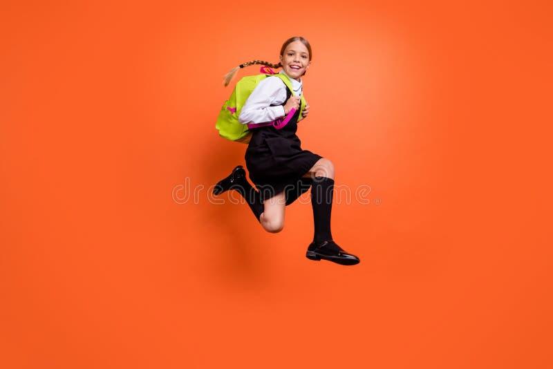 有全长身体尺寸观点的好可爱的快乐的爽快高兴的青春期前的女孩的书呆子活跃乐趣的一级 免版税库存照片