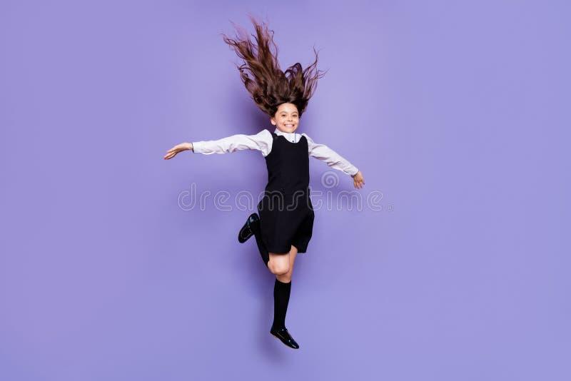有全长身体尺寸观点的好可爱的无忧无虑的粗心大意的快乐的爽快高兴的有波浪头发的青春期前的女孩 库存图片