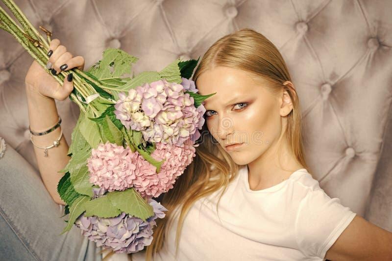 有八仙花属花束的浪漫可爱的年轻平静的女孩开花 库存图片