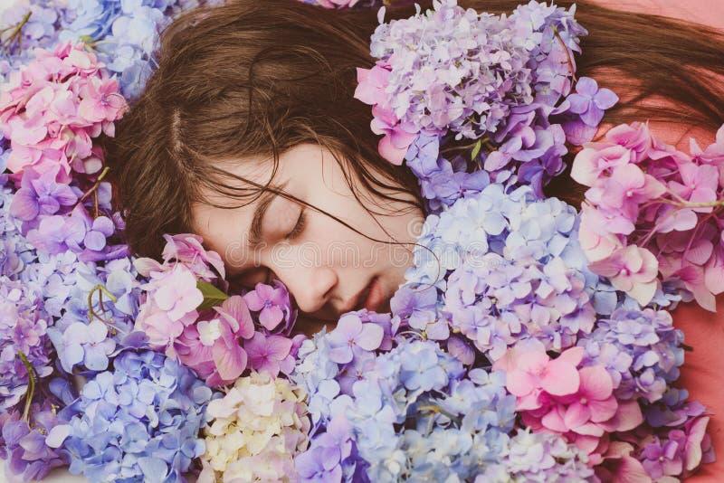 有八仙花属花的春天妇女 构成化妆用品和skincare 夏天秀丽 t ?? 免版税图库摄影