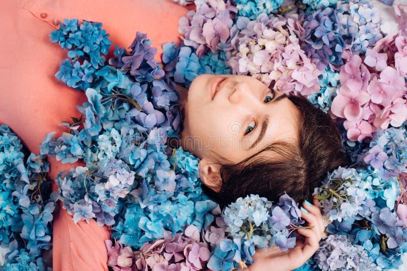 有八仙花属花的春天妇女 构成化妆用品和skincare 夏天秀丽 t ?? 免版税库存照片