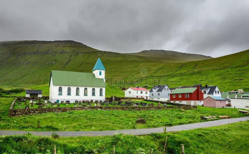 有公墓的小村庄教会在Gjogv,法罗群岛,丹麦 库存图片