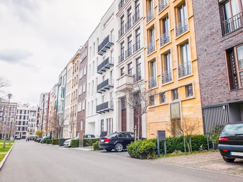 有公寓和汽车的城市街道 图库摄影