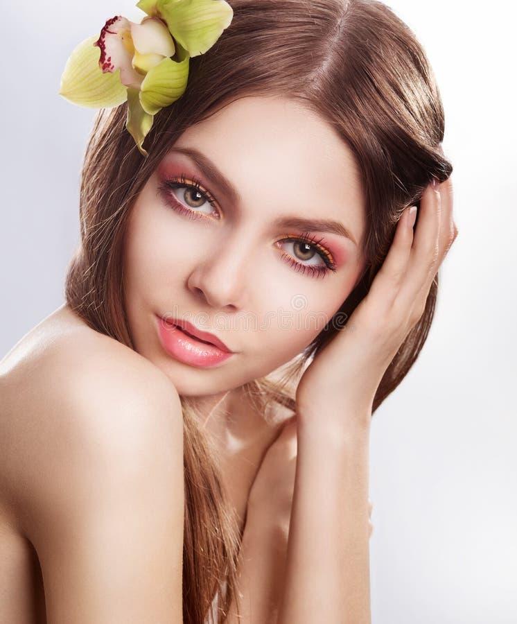 有兰花花的秀丽表面新肉欲的妇女 库存图片