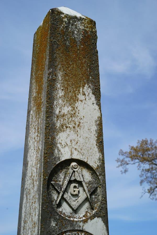 有共济会雕刻的老墓石 免版税库存照片