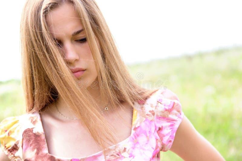 有关心的表示的美丽的青少年的女孩 免版税库存照片