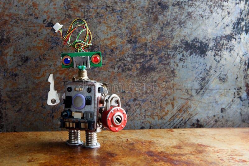 有关键挂锁的友好的机器人玩具在葡萄酒背景 库存照片