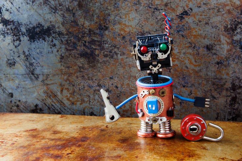 有关键挂锁的友好的机器人玩具在葡萄酒背景 免版税库存照片