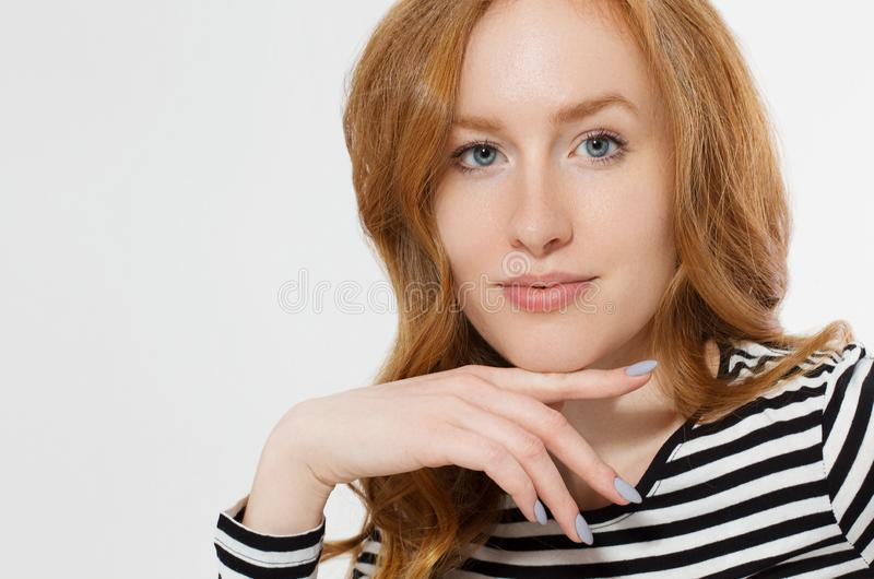 有关闭的红发女孩在白色背景隔绝的宏观面孔 妇女秀丽和皮肤护理 没有组成概念 红头发人 库存照片
