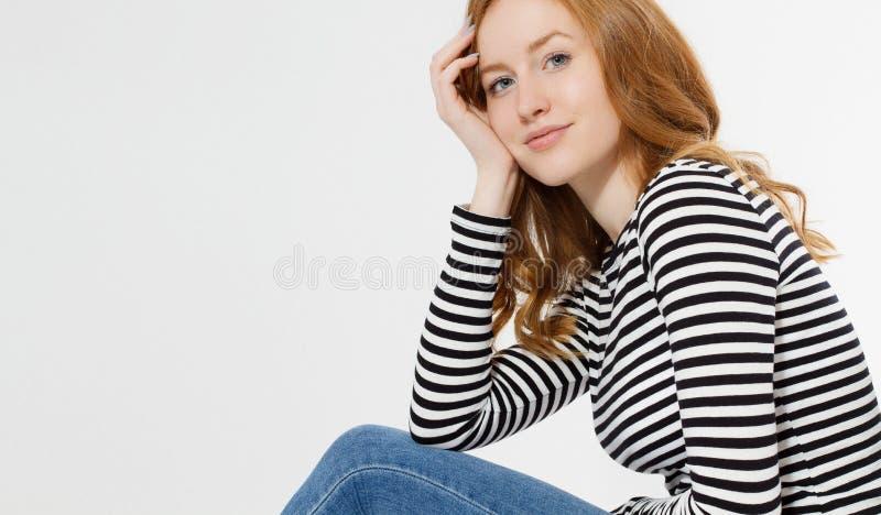 有关闭的红发女孩在白色背景隔绝的宏观面孔 妇女秀丽和皮肤护理 没有组成概念 红头发人 免版税库存图片
