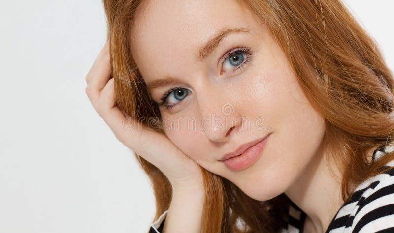 有关闭的红发女孩在白色背景隔绝的宏观面孔 妇女秀丽和皮肤护理 没有组成概念 红头发人 免版税库存照片