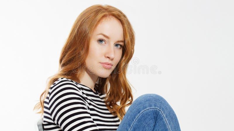 有关闭的红发女孩宏观面孔和完善的白色牙在白色背景微笑隔绝 妇女秀丽和皮肤护理 库存图片